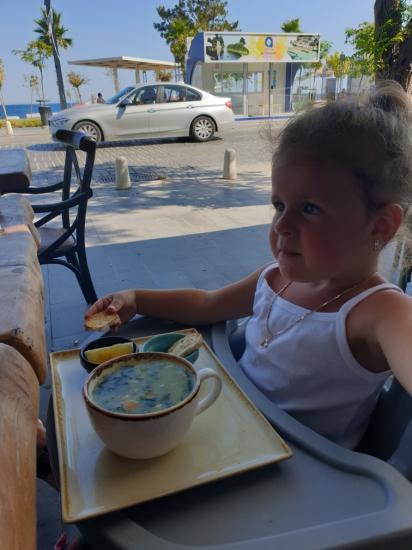 Почему-то этот ребенок кушает отлично