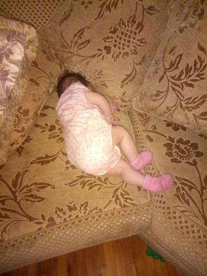Qizim yatib) Доча спит