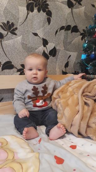 Ребенок (8 месяцев) грызет бутылку