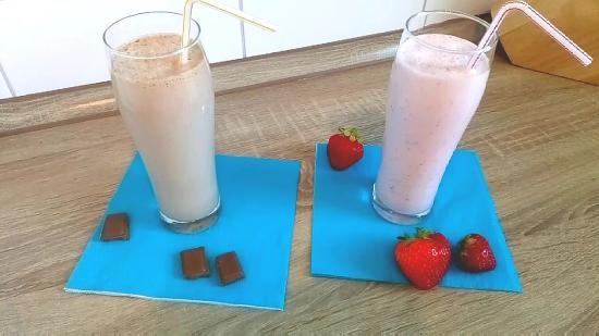 Клубничный и шоколадный молочные