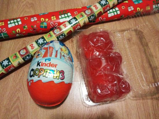 Упаковываю подарки) эти - ребёнку