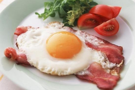 Ребёнок утром ест только яйца))))