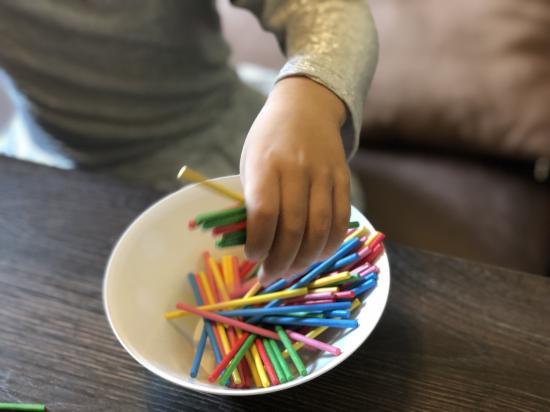 разноцветные счетные палочки -