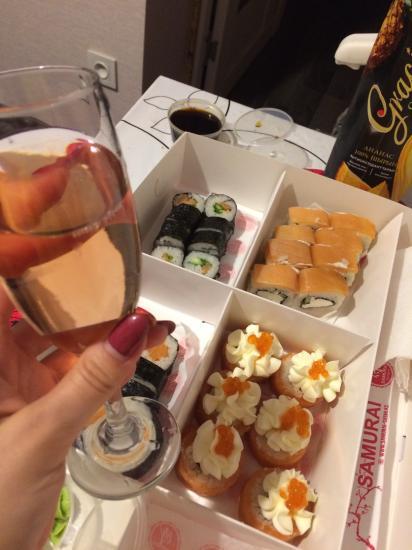 Вечер. 🌚 Муж.💏 Суши. 🍣  Вино. 🍷