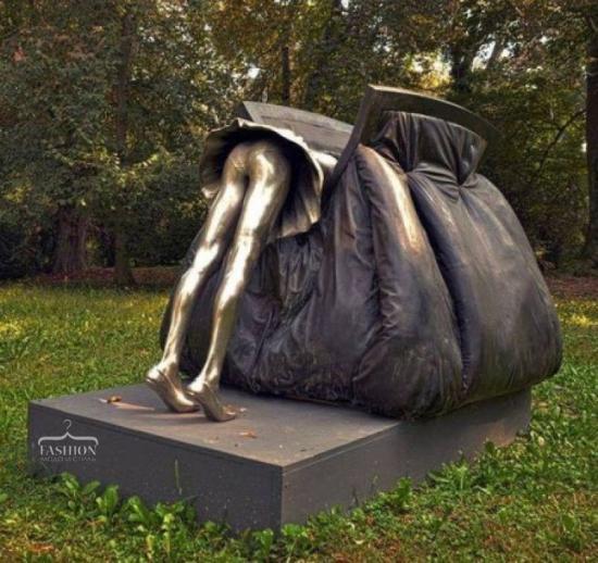 памятник  женской  сумочке😂