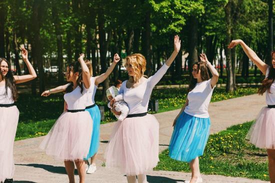 Девочки, нам на танец не хватает